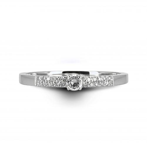 Тонкое кольцо бриллиантовая дорожка с центральным камнем солитером.