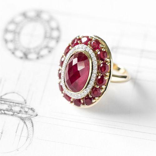 Перстень из желтого золота с рубинами и бриллиантами