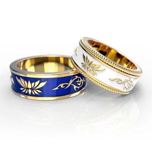 Обручальные кольца с инициалами супругов из желтого золота с эмалью синего и белого цвета
