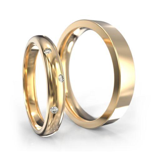 Классические обручальные кольца из желтого золота с бриллиантами в женском кольце