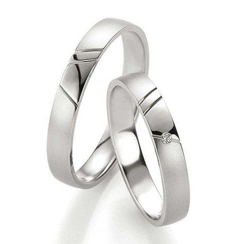 Кольца обручальные с зарубками и бриллиантом на кольце невесты