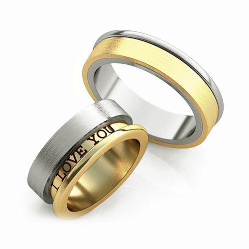Золотое обручальное кольцо с гравировкой