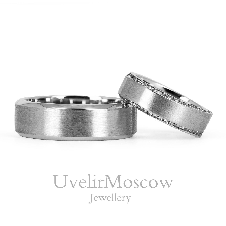 40caba7c4594 Матовые обручальные кольца из белого золота с бриллиантовой дорожкой